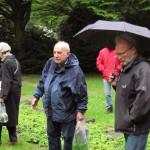 1- Felix Lipski mit Teilnehmern des Gedenkganges am Grab des Franziskaners, Pater Roman Bange