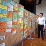 10- Georg Chodinski stellt Conny Kerth die Ergebnisse de Arbeitsgruppen vor.
