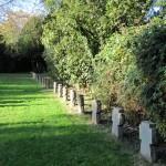 1-Auf dem Friedhof in Langendreer haben in langen Reihen Bombentote jeden Alters ihre Grabstätte gefunden