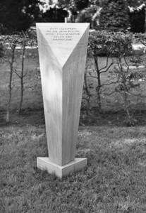 Der Gedenkstein der VVN - BdA auf der neugestalteten Grabstätte der Bochumer Widerstandskämpfer am Ehrenplatz auf dem Friedhof Freigrafendamm. Gestaltung des Gedenksteins: Käthe Wissmann.