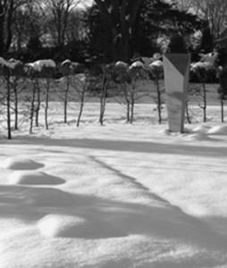 Der Gedenkstein der VVN - BdA auf der neugestalteten Grabstätte der Bochumer Widerstandskämpfer am Ehrenplatz auf dem Friedhof Freigrafendamm. Gestaltung des Gedenksteins: Käthe Wissmann