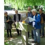 5- Am Freigrafendamm stellt Wolfgang Dominik das Gäberfeld der sowjetischen ZwangsarbeiterInnen vor
