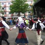 """8- Auf der Bühne: Die griechische Band """"ORFEAS"""". Eine Folkloregruppe tanzt Sirtaki."""