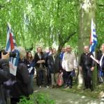 2-Die erste Station beim Rundgang  war das Gräberfeld der sowjetischen ZwangsarbeiterInnen. Felix Lipski, Holocaustüberlebender und Mitglied des Klubs STERN der Bochumer jüdischen Gemeinde erinnert daran.