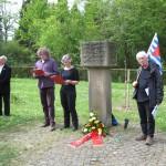 4-Regine Hammerschmidt und Rolf Geers vom Kinder- und Jugendring berichten an einem weiteren Gräberfeld von ZwangsarbeiterInnen anderer Nationalitäten.