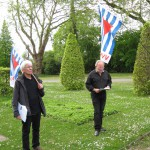 6-Auf dem Ehrenrundplatz erklärt Michael Niggemann von der VVN–BdA die Bedeutung der Gedenkstätte.