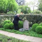 7-Felix Lipski am Grab von Fritz Husemann