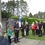 """9-Der Rundgang endet vor dem Hochkreuz am Eingang des Friedhofes. Isabel Traude und Marco Wahl von der DGB-Jugend fragen in ihrer Rede, ob wirklich Lehren aus dem """"Nationalsozialismus"""" gezogen worden sind."""