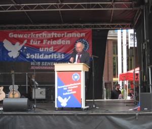 Horst Schmitthenner spricht auf der Demo