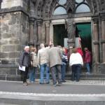 """4-An der Christus-Kirche wird die """"Heldengedenkhalle besichtigt. Wolfgang Dominik gibt die entsprechenden Erläuterungen dazu."""