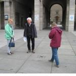 5-Wolfgang Dominik zeigt den TeilnehmerInnen den Stolperstein für Dr. Ruer auf dem Rathausplatz.