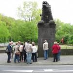 """7- Das Löwendenkmal an der Königsallee ist das kommunale Kriegerdenkmal für die im Ersten Weltkrieg getöteten Soldaten der Stadt Bochum. Die Widmungsinschrift am Sockel lautet: """"Der Überzahl / erlegen /Im Geiste / unbesiegt"""""""