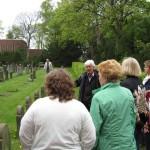 9-Wolfgang Dominik zeigt den TeilnehmerInnen den Jüdischen Friedhof an der Wasserstraße.