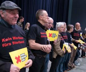 AktivistInnen vor dem Stand der Bundeswehr