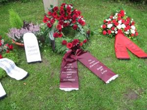 Kränze und Blumen auf dem Ehrenrundplatz