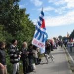 7- Menschenkette entlang der Kaserne