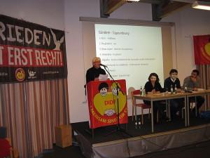 Wolfgang Dominik begrüßt die Versammlung im Namen der VVN-BdA Bochum