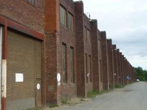 """Die 1939 erbaute """"Bomben und Granatenhalle"""" des Bochumer Vereins heute. Nebenan lag das KZ-Außenlager Buchenwald."""
