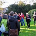 2-Wolfgang Dominik zeigt den Teilnehmern diesen Teil des Friedhofs