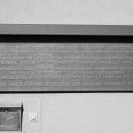 2- Eine Gedenktafel im Eingangsbereich erinnert an den ersten Auschwitzprozess, der ab 1964 hier  im Haus Gallus stattgefunden hat.