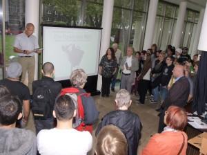 Uli Borchers (BgR) eröffnet die Ausstellung
