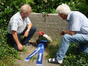 VVN-Mitglieder beim Schmücken der Gräber
