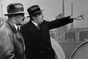 Der Generaldirektor des Bochumer Vereins Walter Borbet zeigt Hitler das Werk Höntrop am 14. April 1935